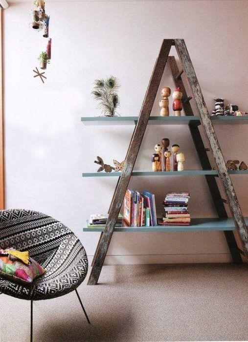Escalera de madera reciclada convertida en estantería