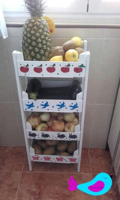 Estantería para cocina con cajas de fresas