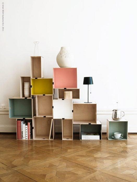 Original estantería con cajas de madera