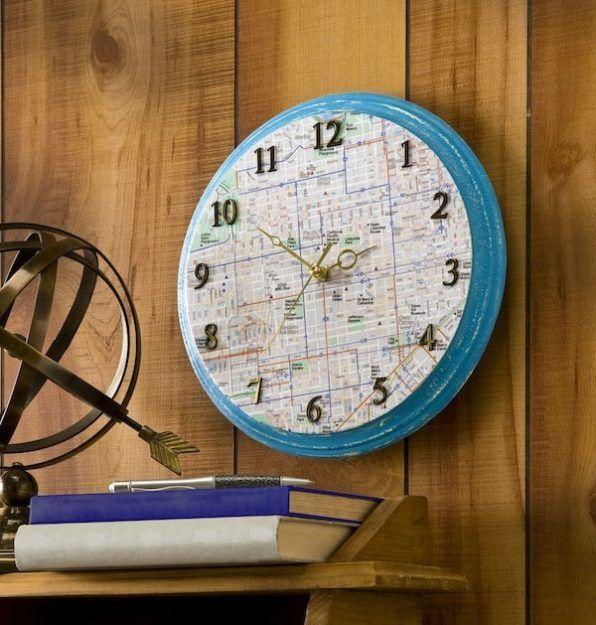 Reloj de pared con mapa