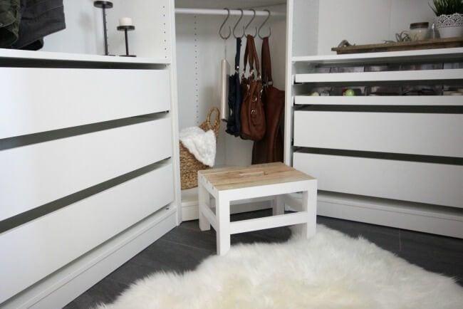 Aprovechar el espacio de un closet usando ganchos