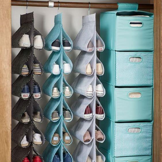Zapatos colgando en el armario