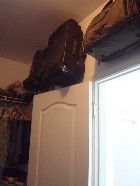 guardar maletas en un armario pequeño