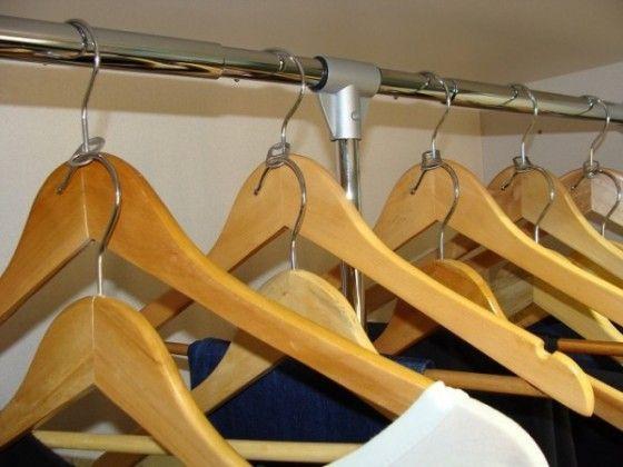 truco para colgar perchas en armarios pequeños