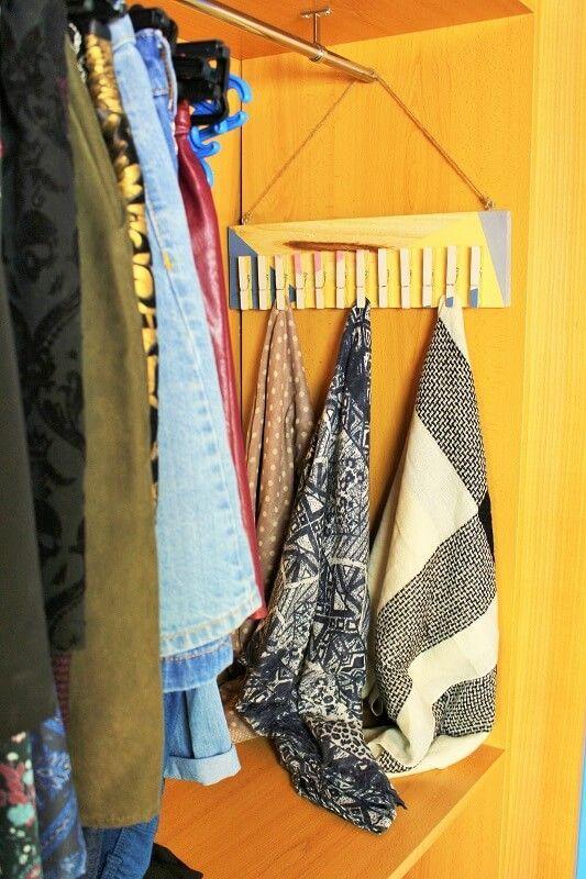 Colgador de pañuelos en el armario