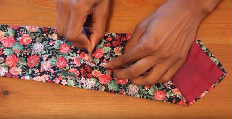Reciclar una corbata para convertirla en una funda de gafas 3