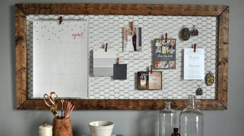 Usa una malla de gallinero para hacer un tablón para tus fotos y notas