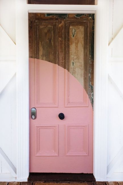 Puerta antigua con círculo rosa