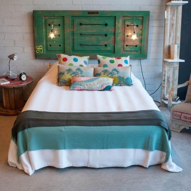 Cabecero de cama hecho con una puerta de madera reciclada