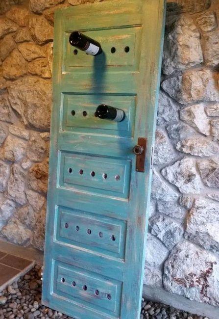 Reciclar puertas antiguas de madera para hacer un botellero