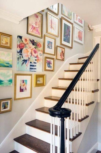 Decoración de escaleras interiores con cuadros