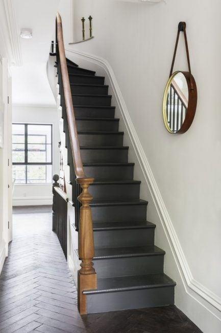 Decoración de escaleras interiores con espejos