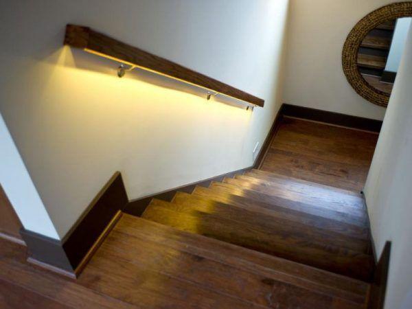 Decoración de escaleras interiores - luz en pasamanos