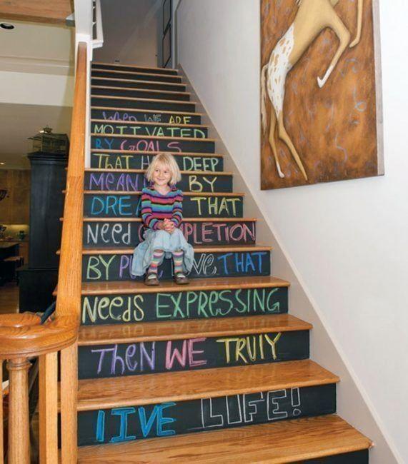Decoración de escaleras interiores - pintura de pizarra