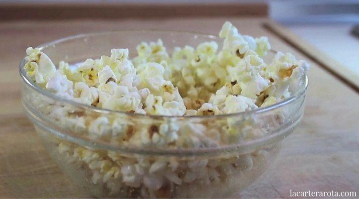 Cómo hacer palomitas de maíz en un cuenco de cristal