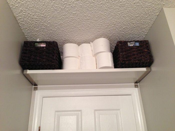 Ideas para baños pequeños - balda sobre la puerta