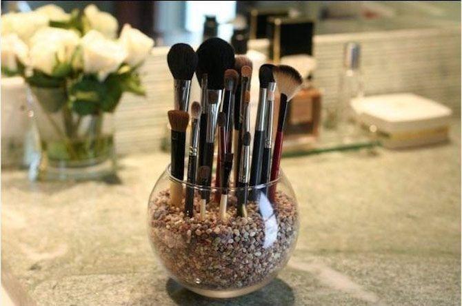 Ideas para baños pequeños - brochas de maquillaje