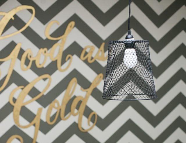 Cómo hacer una pantalla de lámpara con una papelera metálica