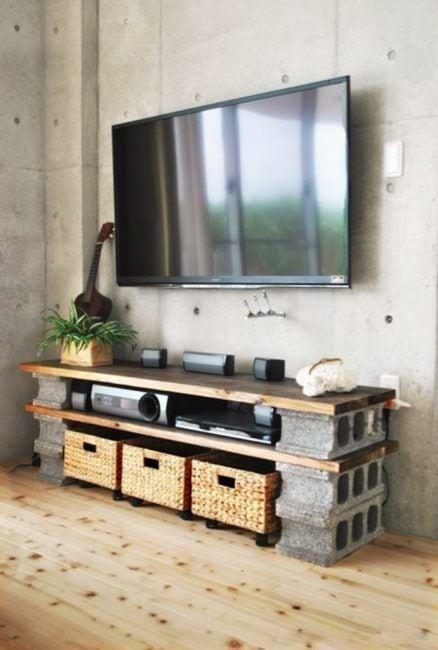 Mueble para la tele hecho con bloques de hormigón