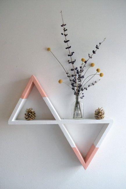 Estantes con forma de triángulos inversos