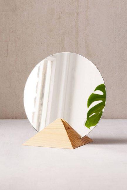 Espejo con base de madera piramidal