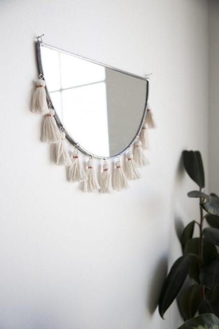 Espejo con borlas de lana