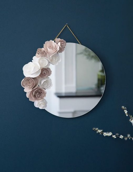 Espejo con rosas artificiales