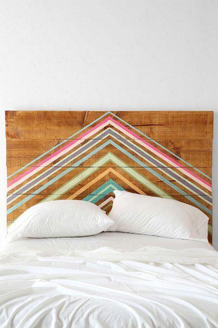 Bonito cabecero de madera con líneas simétricas de colores