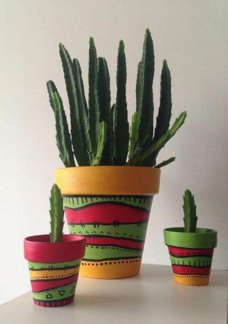Macetas pintadas con varios colores