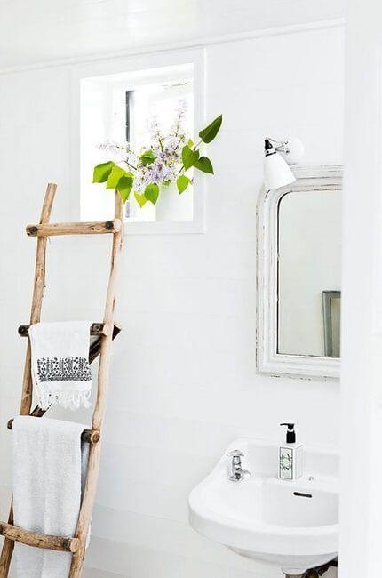 Toallero hecho con una escalera de madera reciclada
