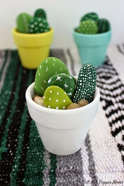 Piedras de playa pintadas para imitar cactus