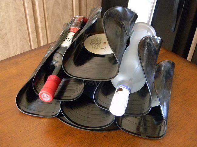 Botellero de mesa con discos de vinilo
