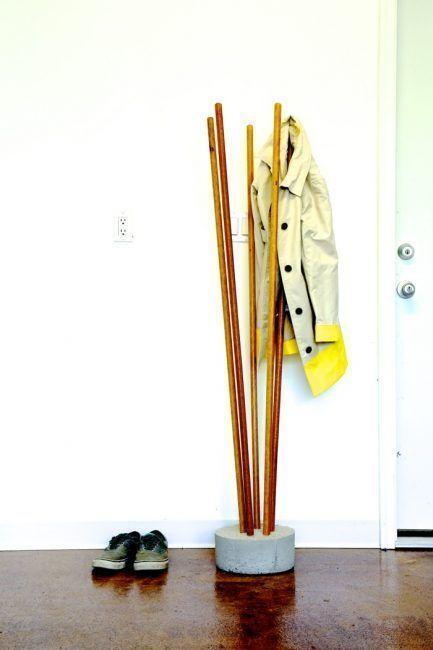 Cómo hacer un perchero de pie con palos y cemento