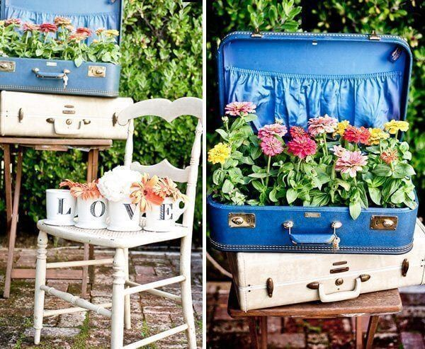 Decoración con plantas y una maleta