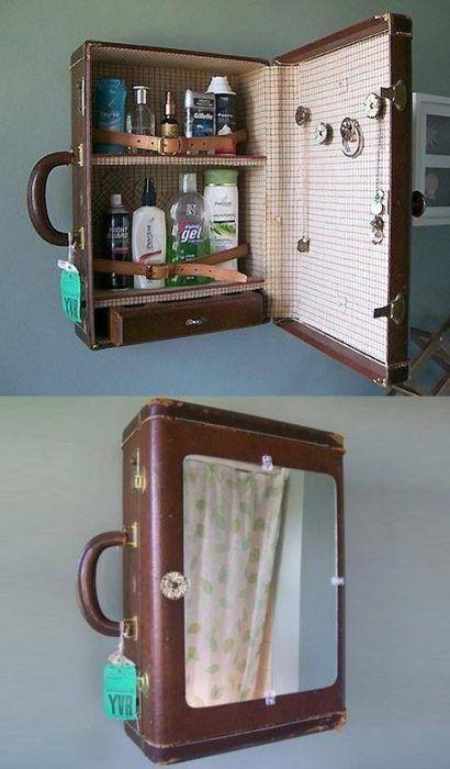 Espejo de baño hecho con una maleta