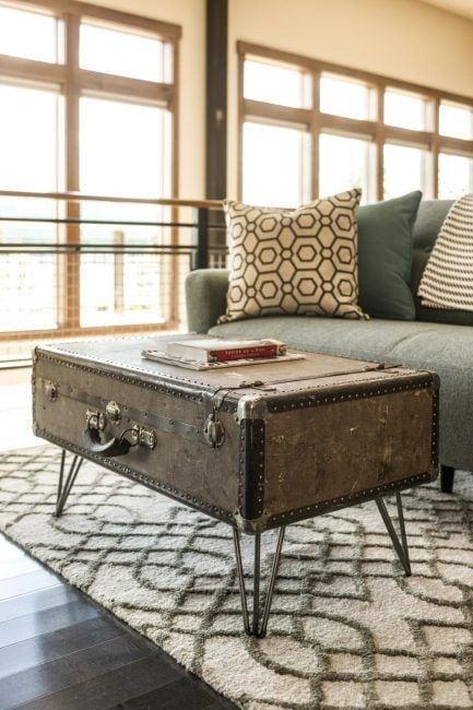 Mesita de salón hecha con una maleta
