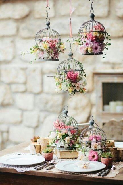 Jaulas con flores desde el techo