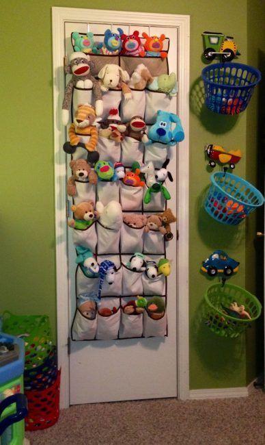 Almacenaje de juguetes en un organizador de zapatos