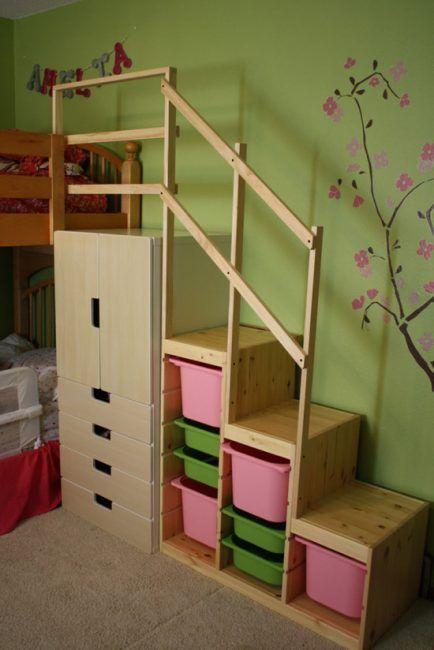 Escalera con cajas para guardar juguetes