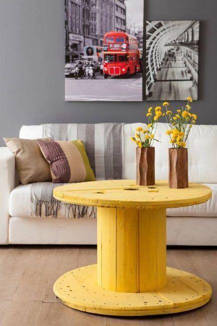 Mesa con carrete de madera pintada de amarillo