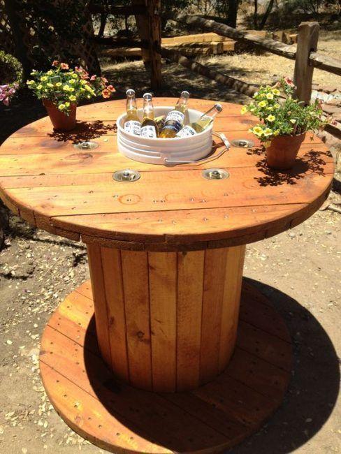 Mesa de jardín con bobina de cable