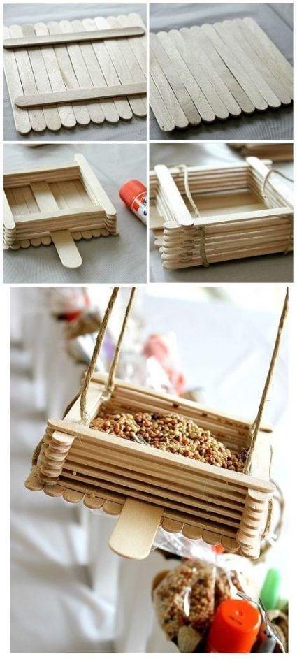 Comedero de pájaros con palitos de madera