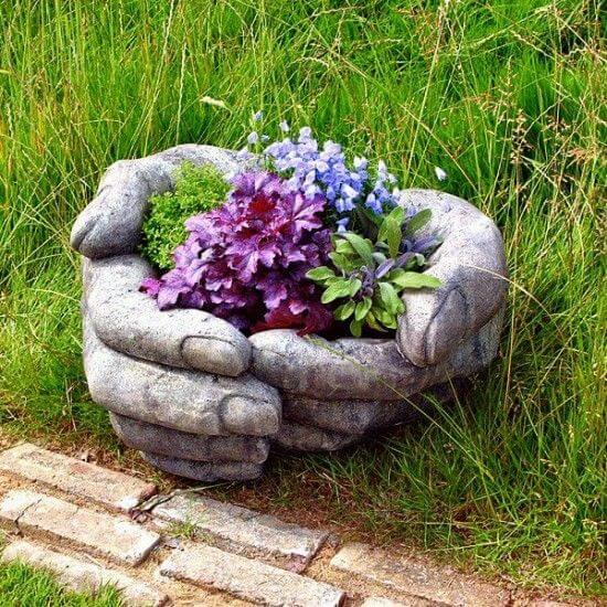 Manos de cemento para poner flores
