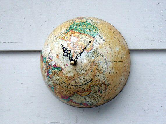 Reloj con un globo terráqueo