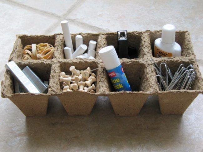 Clasificar papelería en una caja para huevos