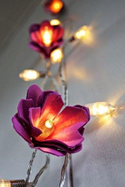 Luces decoradas con trozos de hueveras