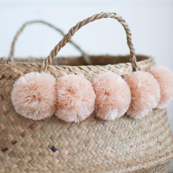 Decorar cestas de mimbre con pompones