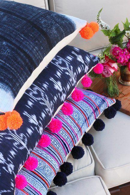 Cojines con pompones de colores