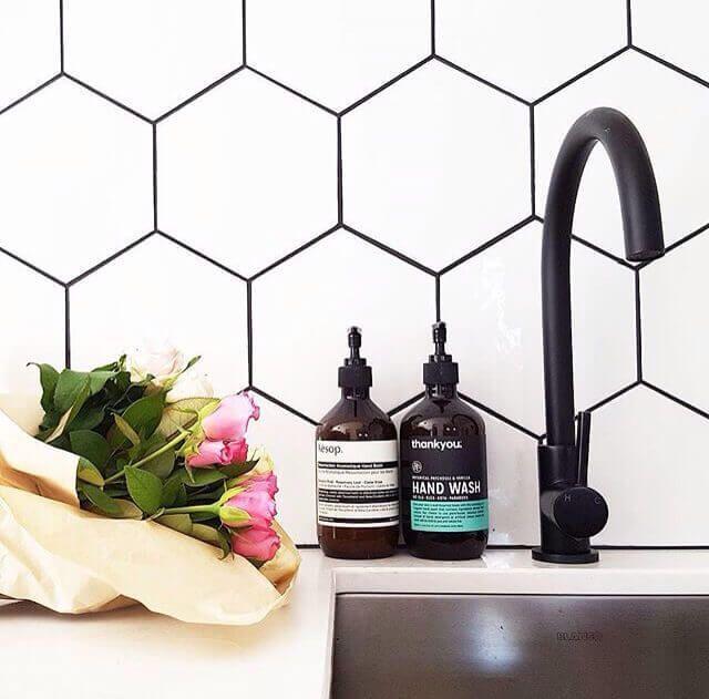 Lechada negra en la pared del baño