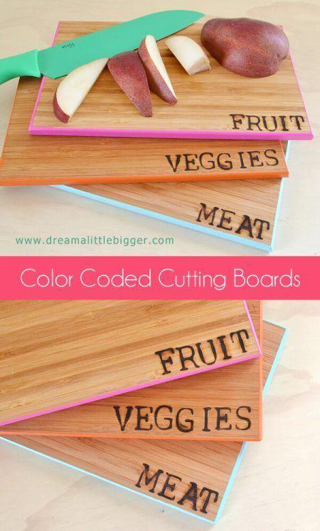 Palabras pirograbadas en tablas de madera